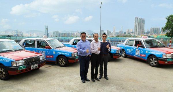 TNG行政總裁江慶恩先生、新興車行負責人陳明生先生及順安車行負責人周國強先生與新加盟TNG電子錢包之的士合照.