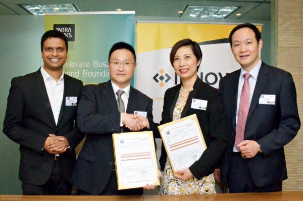 Intralinks北亞區銷售部副總裁Mr. Barry Lo(左二)、及 Innovix Distribution香港區銷售部董事Ms. Sheri Chan(左三)於簽署合作協議完成時攝。