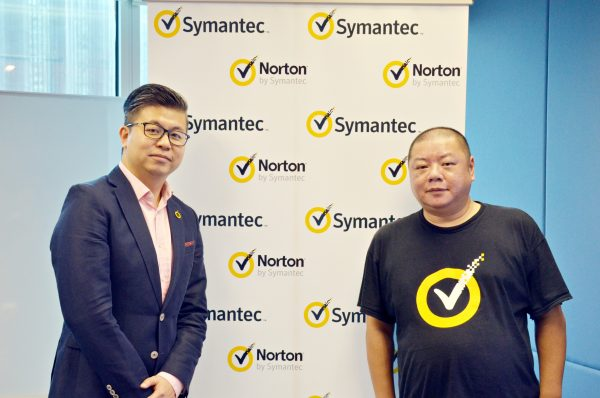 左起:Symantec亞洲區消費事業總監徐俊鴻、和Symantec大中華區消費者事業資深銷售工程師王世煜。