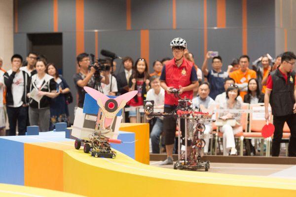 圖片3: 全港大專生機械人大賽2016今日在香港科學園圓滿舉行,來自6間本地大學及大專院校的11參賽隊伍進行連番激烈的比賽,角逐冠軍寶座。