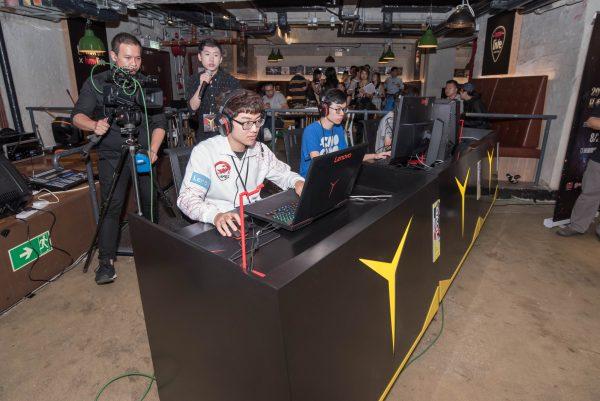 一眾香港電子競技有限公司的選手於現場參與《英雄聯盟》對戰,感受Lenovo Y Gaming系列為玩家帶來的驚人電競效能。