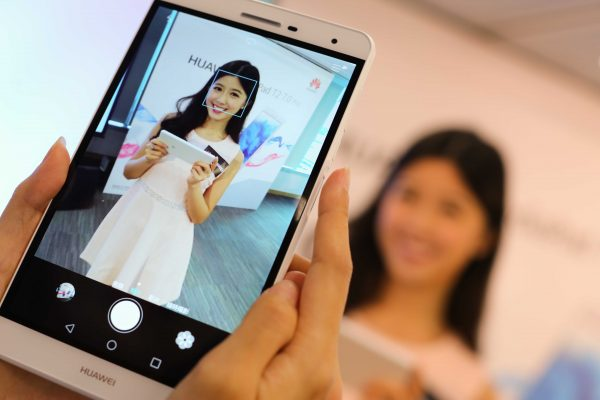 HUAWEI MediaPad T2 7.0 Pro獨特的機側拍紋感應,巧妙配合用戶手握習慣,其指紋觸控功能用途廣泛,除了確保電話及其資料安全外,更可以長按關閉鬧鐘、接聽電話、拍照,生活便利掌控於指點間。