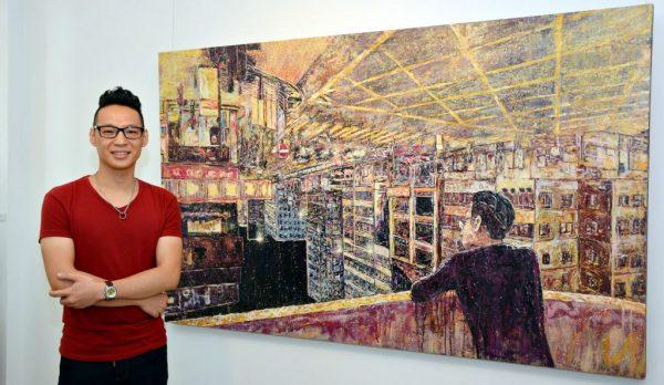 劉兆聰先生與其木板油畫作品《夜觀,深水埗 - 離》合攝。