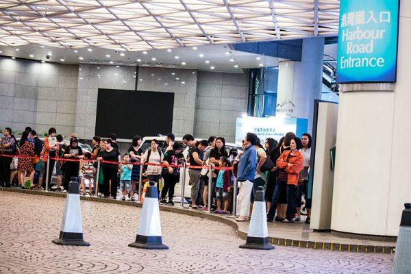 書展訪客在2016年7月22日午夜離開會場,於會展舊翼港灣道入口的士站等候超過一小時,仍然未有的士到達接載。