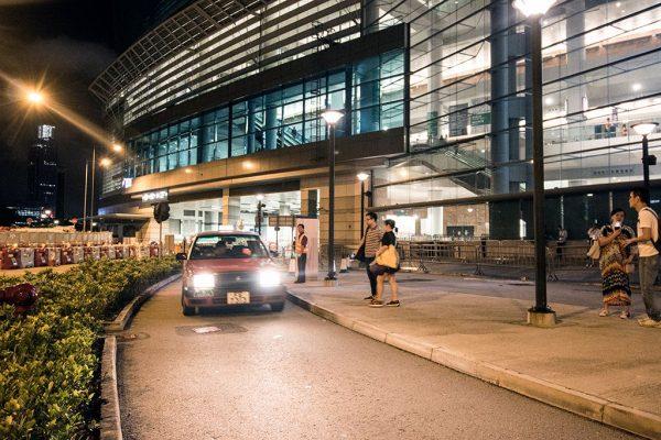 訪客於博覽道入口大堂call車,只要在有冷氣的玻璃門內稍候片刻,到的士到達才開門離開會場上車,方便快捷地回家。