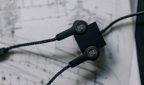 Beoplay H5用戶無須將微型 USB 電線插入耳機,只要將耳機放到立方體USB充電器,讓磁力將耳機固定到位即可充電。