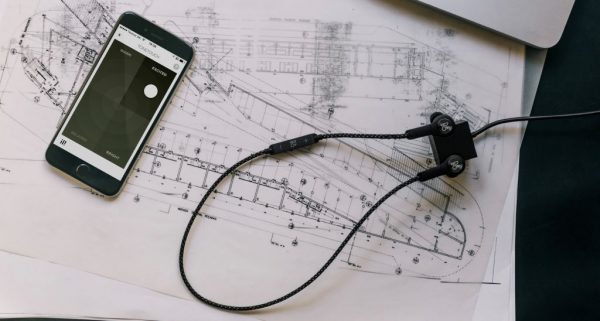 Beoplay H5 隨附立方體USB充電器,使充電非常簡便。