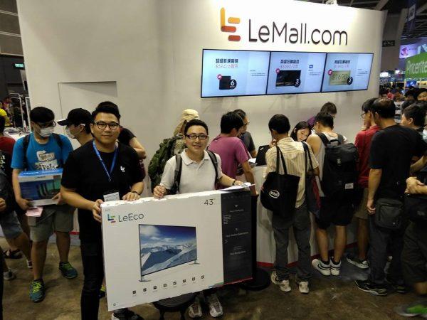 排首位的吳先生排隊接近22小時,成功以$990購買一年超級影視會員送超級電視Super4 X43。