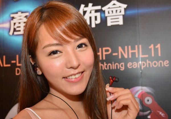 模特兒手上的為HP-NHL11耳機。