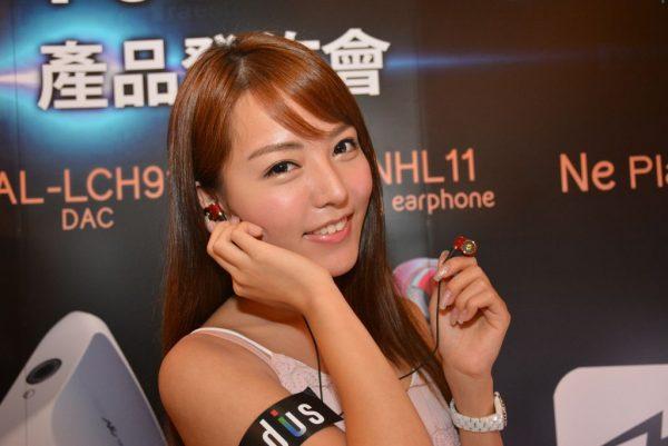 模特兒手上的為HP-TWF41中低⾳頻動圈喇叭耳機。