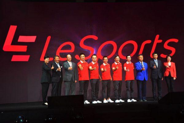 圖一:LeSports HK日前(8月1日星期一)正式開台,由樂視體育創始人兼CEO雷振劍先生(中)、樂視控股 (北京) 有限公司副總裁及亞太區執行總裁莫翠天先生(左五)、LeSports HK署理首席執行官賴汝正先生(右五)、樂視體育首席營銷官强煒先生(左四)、LeSports HK首席營運官詹挺先生(右四)以及一眾主禮嘉賓包括中國香港體育協會暨奧林匹克委員會義務秘書長王敏超先生JP(右三)、立法會議員馬逢國議員SBS, JP(左三)、民政事務局體育專員楊德強先生JP(右二)、大型體育活動事務委員會主席高威林先生(左二)、和記電訊香港控股有限公司營運總裁陳婉真女士(右一)以及香港寬頻集團有限公司市務總裁鄭潘行端女士(左一)一同見證這個重要時刻。