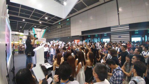 樂視舉行首場香港樂迷節無底價拍賣,過百名市民参與,盛況空前。