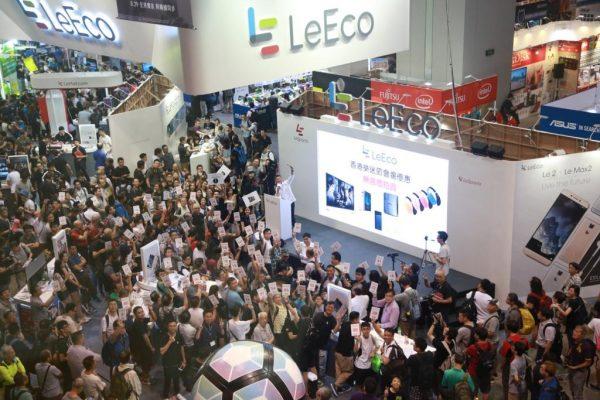 大批市民參與香港樂迷節無底價拍賣,踴躍競投心水樂視智能生態產品。