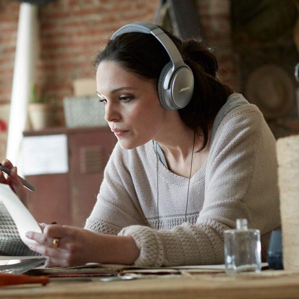 QuietComfort® 35無線耳罩式耳機,無論何時何地,用戶均能享受最佳的消噪效果 ,沉醉於音樂世界。